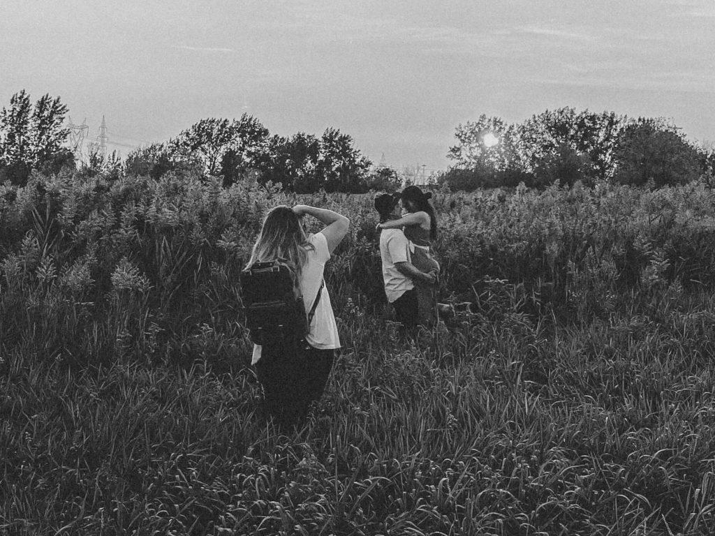 Andrée-Anne Guy en séance couple dans un champ de blé